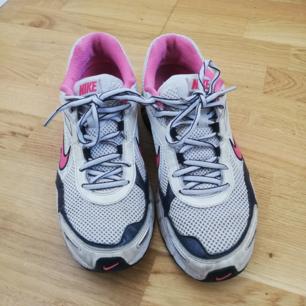 Vintage Nike normcore vita 90s gympaskor med rosa detaljer. Så fint skick för att vara secondhand. Storlek 40 men lite små i storleken som sneakers brukar vara. Funkar bra med tubsockor på mig som har stl 38,5 (så skorna ungefär blir stl 39-39,5 och inte så stora). Frakt 63 kr.