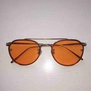 Detta är ett par gula solglasögon från urban outfitters. Har använt de typ två gånger på bild bara. Köparen står för frakt💖💖