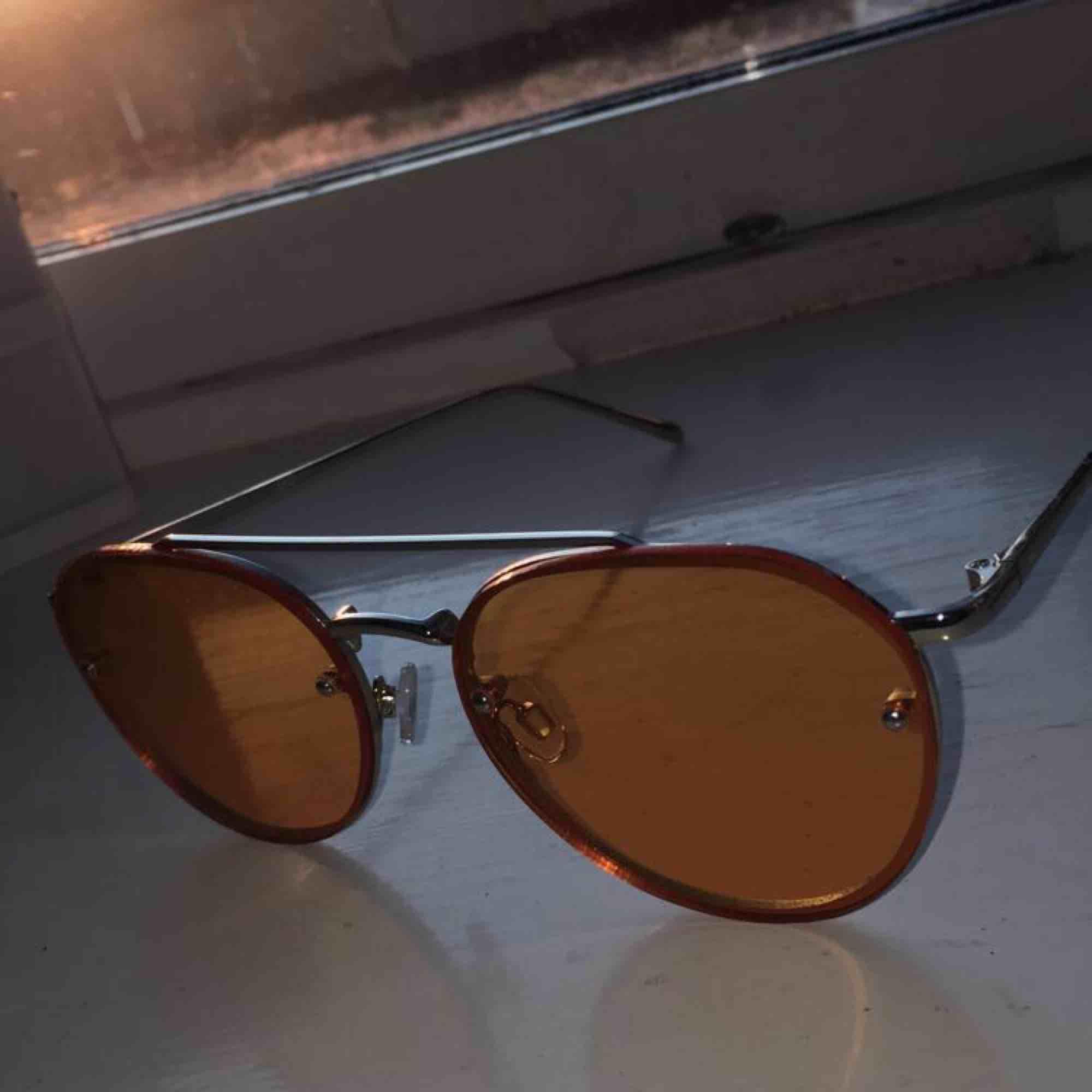 Detta är ett par gula solglasögon från urban outfitters. Har använt de typ två gånger på bild bara. Köparen står för frakt💖💖. Accessoarer.