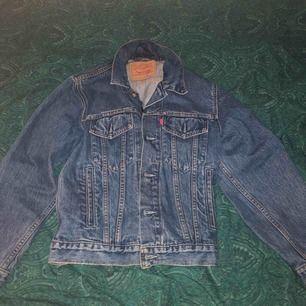 Säljer min Levis jeans jacka som är i väldigt bra skick, storlek S men oversized så ungefär M. Vid snabb affär kan priset diskuteras! Kan frakta