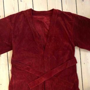 Kimono jacka i djupröd mocka! Köpt av en tjej på loppmarknad och kan tänka mig att den var dyr i inköp i och med materialet. Tung så frakt 99 kr