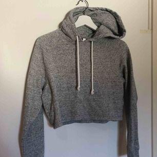 Jätte fin lite croppad hoodie ifrån hm köpt i london för något år sedan. Använd ett antal gånger men har inte några synliga tecken på användning.