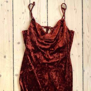 Oanvänd klänning. Frakt 42 kr