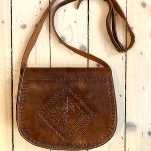 Väldigt fin väska i nyskick, sparsamt använd. Köpt i Spanien. Fint innerfoder. Frakt 59 kr