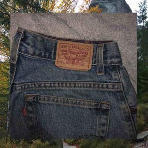 Levis jeans köpta här på Plick! I vintageskick och modell relaxed tapered 550. Frakt tillkommer😌