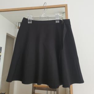 Fin svart wrap kjol i storlek s från Forever21. Fin silver bälte detalj. Påminner mig om en tennis kjol typ. Kan skicka annars finns i malmö. Frakt ingår i priset.