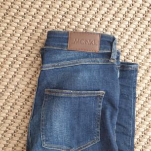 Blå highwaisted jeans från Monki storlek 26. Hög i midjan. Kan skickas annars finns i Malmö. Har fler bilder