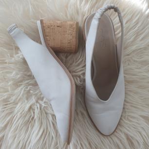 Fina sandaler slingbacks skor från COS. Vit mocka och korkmaterial. Bra skick. Har fler bilder. Kan skickas annars finns i malmö :) Frakt ingår i priset.