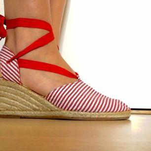 Sandaler från Wildflower som säljes på grund av fel storlek.  Skorna är i nyskick och har endast provats och har snygg snörning som kan knytas runt vristerna på valfritt sätt.  I storlek 39 men passar även storlek 38!