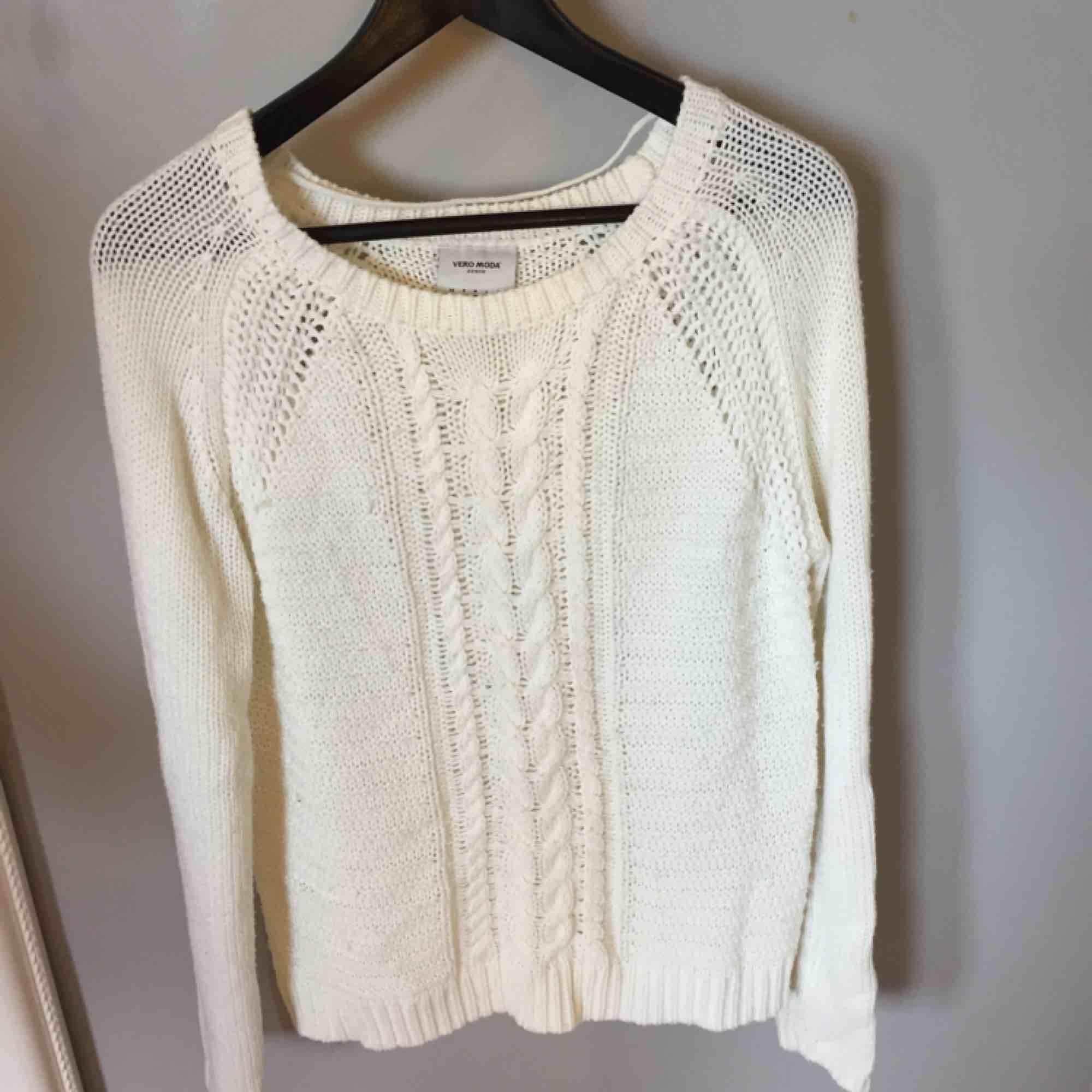 Vit stickad tröja från vero Moda. Köparen står för frakten. Tröjor & Koftor.