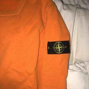 Säljer min oranga Stone Island tröja. Pris kan diskuteras. Den är super fin och sitter super bra. Super fin orange färg