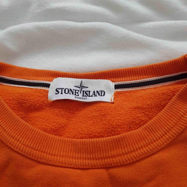Säljer min oranga Stone Island tröja. Pris kan diskuteras. Den är super fin och sitter super bra. Super fin orange färg. Huvtröjor & Träningströjor.