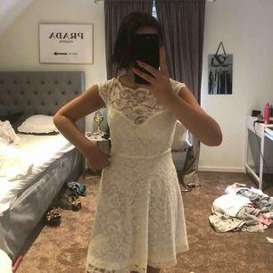 Säljer tyvärr min suuuuper fina klänning!! Endast kommit till användning 2 gånger! Jätte skönt material. Säljer för den blivit lite för liten för mig.