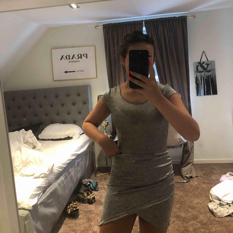 Säljer denna super fina klänning då den tyvärr aldrig kommit till användning. Jätte skönt material!. Klänningar.