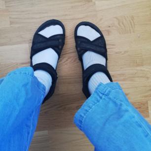 Chunky svarta lätta sandaler gjorda i skumgummi, väger typ inget (perfekta till semester/backpack/festival). Flera straps som knäpps med kardborre. Köpta secondhand. Väl använda fast supersnygga. Ingen storleksmärkning med gissar stl 40/41. Frakt 59 kr