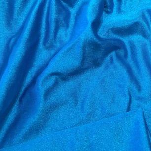 Vintage byxor i neon blå spandex liknande material. Lite 80 tals-stil över dom, väldigt sköna!