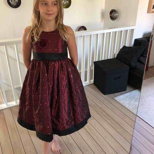 En vacker festklänning för barn från Good girl USA. Endast använd tre gånger och är i nyskick, ordinarie pris 899kr nu 149kr