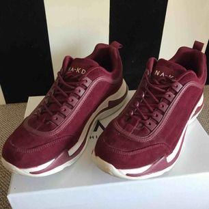Super snygga skor ifrån NA-KD med mocka imitation som bara använts två gånger. Frakt kostnaden är jag osäker på så den kan diskuteras😊