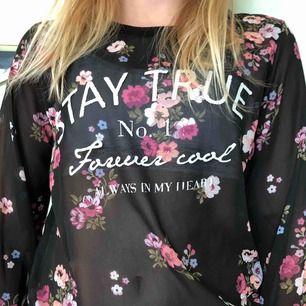 Halvgenomskinlig svart tröja med blommönster. I nyskick!