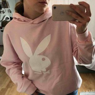 Svinsnygg hoodie med tryck av Playboy kaninen på. Modellen är lite oversized och den är riktigt bekväm. Frakt tillkommer på 50 kr💕