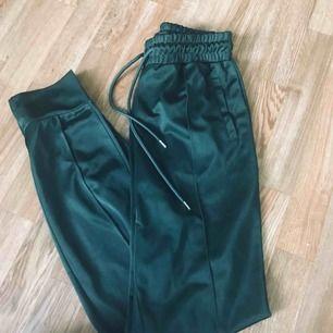 Mörkgröna byxor, skönt material, knappt använda.
