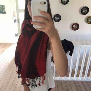Röd sjal i nyskick, frakt tillkommer!