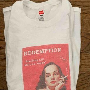 Vit t-shirt med coolt tryck, köpt från redemptionclothing för 300kr. Lite oversize i storleken.
