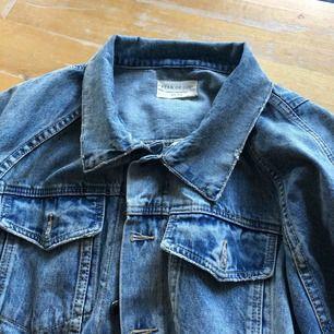 Säljer min Fear of god denim indo jacket. Priset på en ny sträcker sig mellan 9000:- - 10.000:-. Den är L men passar mig utmärkt som har M.