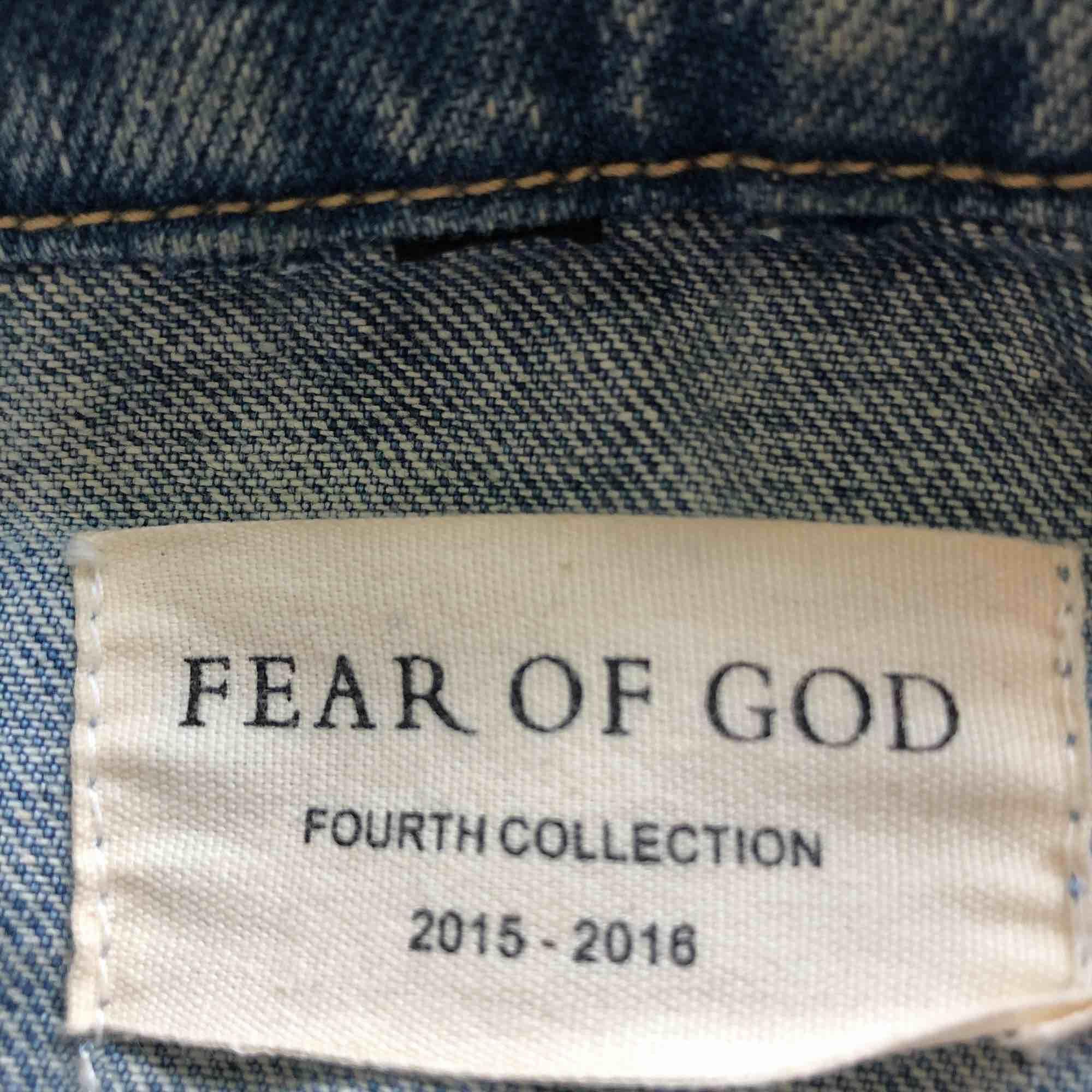 Säljer min Fear of god denim indo jacket. Priset på en ny sträcker sig mellan 9000:- - 10.000:-. Den är L men passar mig utmärkt som har M.. Jackor.