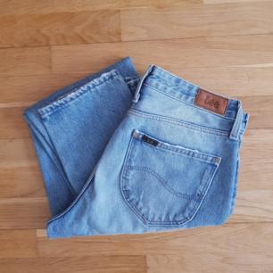 Säljer mina älskade Lee Mom Straight Jeans p.g.a. flyttrensning. 100% bomull, VÄRLDENS skönaste och fantastisk kvalité. Nypris: 899 kr.