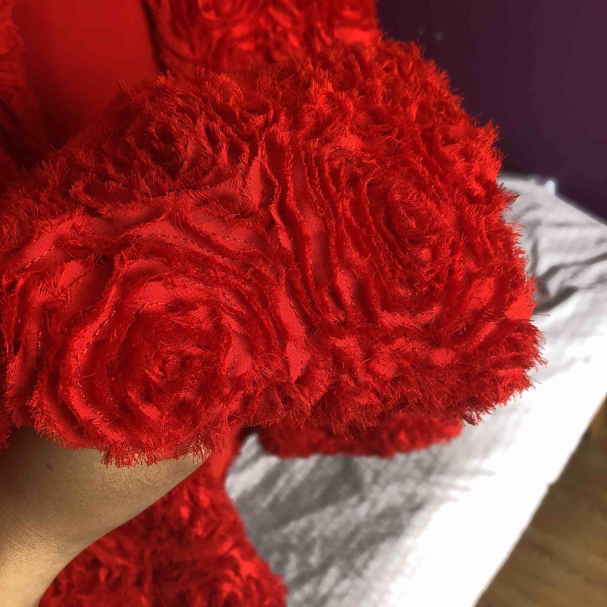 Vacker jacka från HMs garden collection, storlek 36 men passar även 38. Snyggt mönster av rosor på hela! Rensar ut hela min garderob under sommaren så följ/kika in på min profil för mer!. Jackor.