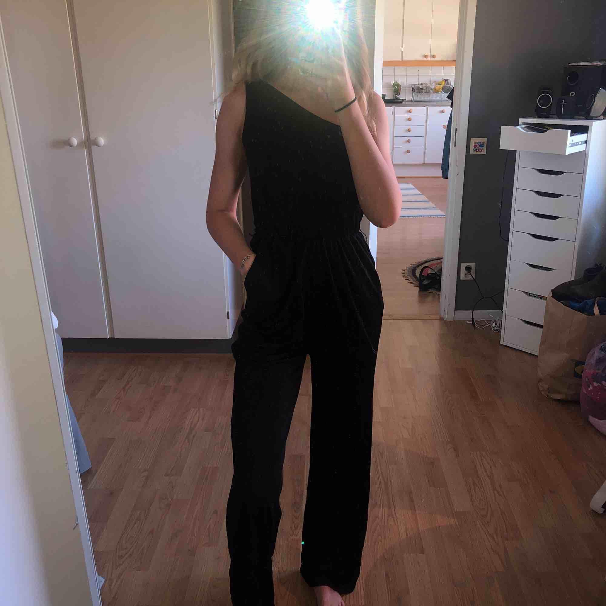 Svart jumpsuit som även passar 36 or. Nästan aldrig använd. Klänningar.