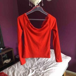 Söt topp med virkat mönster vid bröstet, lite off shoulder och jätte fin somrig färg! Rensar ut hela min garderob nu under sommaren så följ/kika in på min profil för mer!