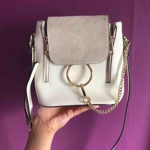 Super snygg väska! Liten fläck som knappt syns, därav priset :)