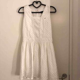 En vit blommig Tommy Hilfiger klänning i storlek 164, passar på S o XS. Baksidan har bara en dragkedja. Nypris: 1199 kr