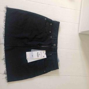 Säljer denna oanvända kjol från zara, prislapp kvar. Köpt här på plick men den va tyvärr för liten:(