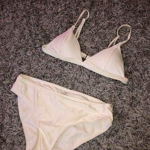 Oanvänd bikini! Lite guld färgad med lite skimmer i🤩  Köparen står för frakt