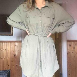 Oanvänd skjortklänning, passar egentligen alla storleken beroende på hur man vill att den ska sitta ⭐️  Köparen står för frakt, pris kan diskuteras vid snabb affär 🤠