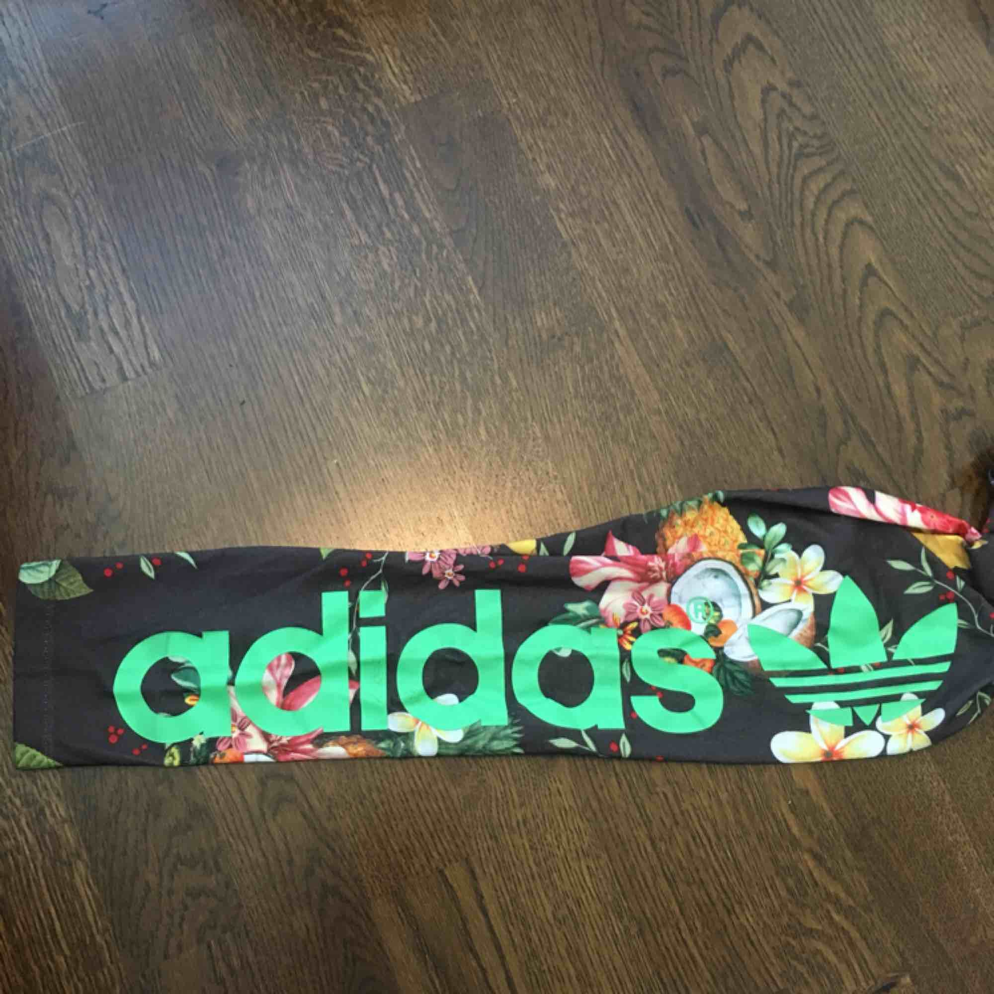 Coola tights från Adidas! Lite små i storleken så skulle säga att de passar även 36. Märket är lite nött varav priset! Annars bra skick. Jeans & Byxor.