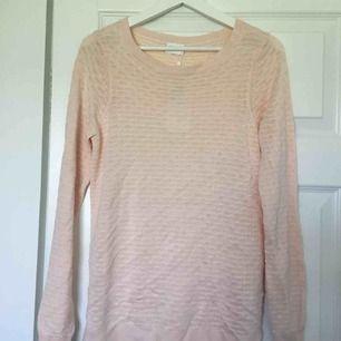 Jättefin ljusrosa tröja som är helt oanvänd från Vila. Köpte den dock på Thuns, därav prislappen