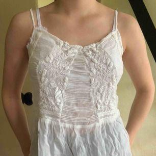 jättesött linne från Zara med brodering. Skriv för fler bilder.
