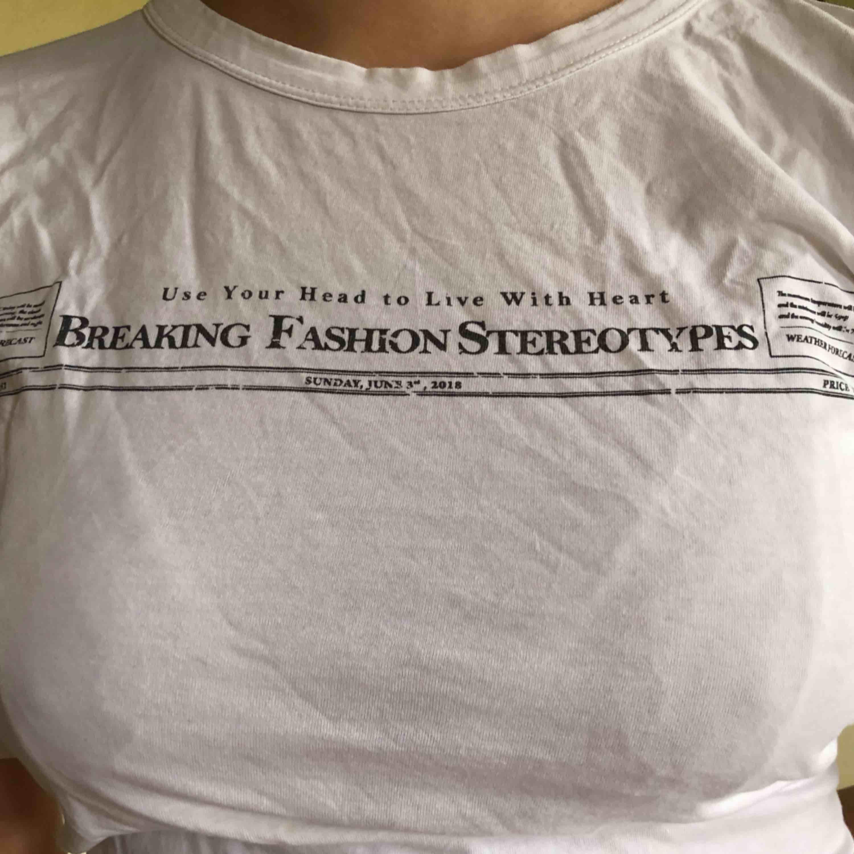 T shirt från Zara i väldigt bra skick! . T-shirts.