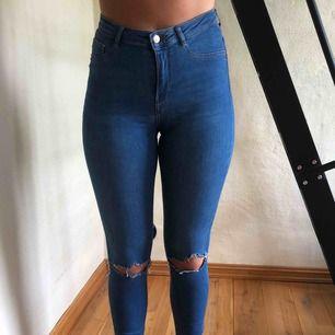 Jeans från ginatricot med slitningar, bra skick!