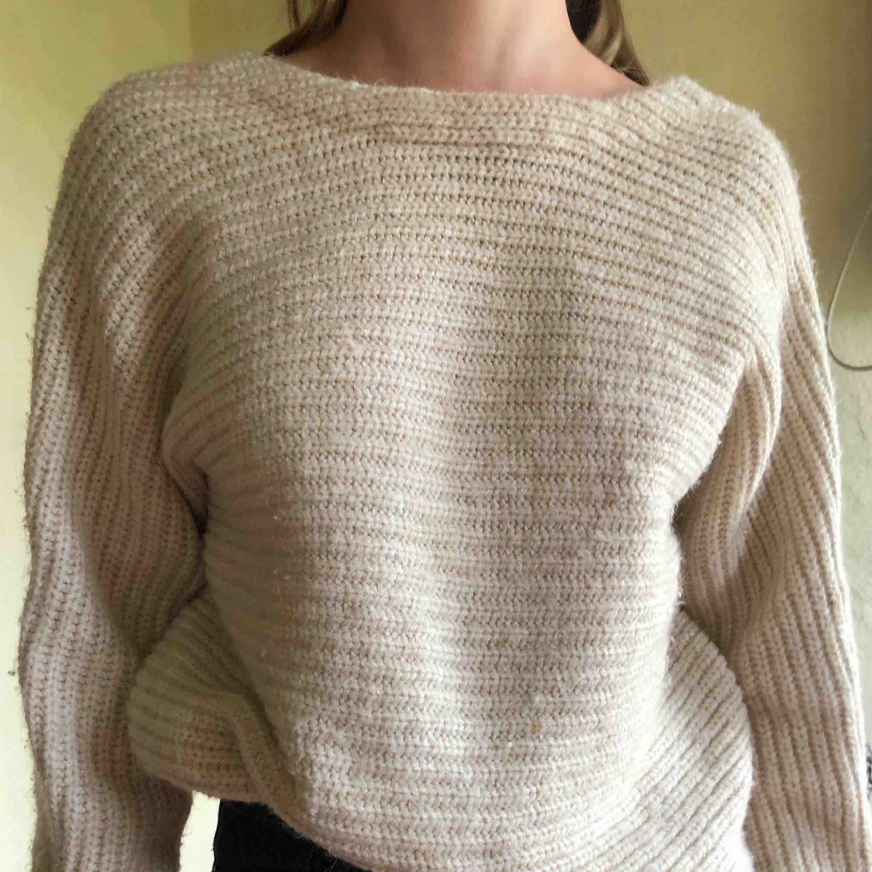 Stickad tröja med omlottrygg, sitter väldigt snyggt!!  Skriv för fler bilder. . Stickat.