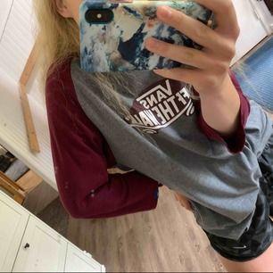 raglan/baseball tisha från vans! i fint skick, funkar riktigt bra som oversize, knyta upp eller ev. tshirt-klänning om man inte är för lång! 💥