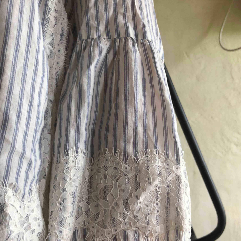 Blus från Zara i storlek M, passar även en S bra. Sitter superfint och är i väldigt bra skick! . Blusar.