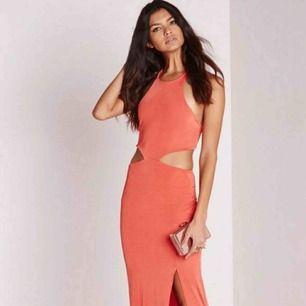 """Ny Missguided klänning med """"tag"""" fortfarande på.  Fått av en vän med passar inte mig så är endast provad inte använd.  Färgen varierar i ljus men det är en ton av koppar och korall."""
