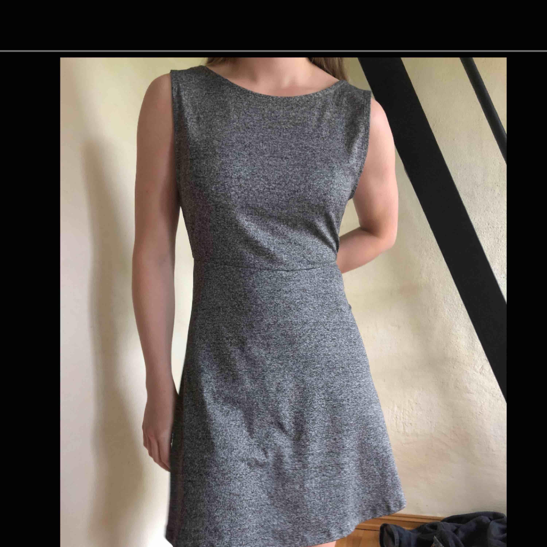jätteskön klänning från H&M med snygg öppning i ryggen (mycket snyggare om man har utan bh, alltså inte som på bilden). Går att förhandla om pris. . Klänningar.