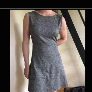 jätteskön klänning från H&M med snygg öppning i ryggen (mycket snyggare om man har utan bh, alltså inte som på bilden). Går att förhandla om pris.