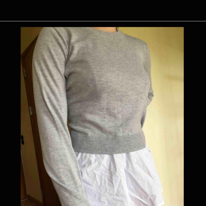 """Långärmad tröja från H&M med en sorts """"kjol"""" som sitter fast i tröjan! I väldigt bra skick. . Tröjor & Koftor."""